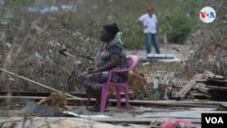 Una mujer observa los escombros de su vivienda bajo el sol en el Caribe Norte de Nicaragua. Foto Houston Castillo, VOA.