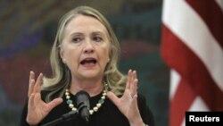 ລັດຖະມົນຕິການຕ່າງປະເທດສະຫະລັດ ທ່ານນາງ Hillary Clinton ກ່າວ ຄໍາປາໄສ ໃນລະຫວ່າງກອງປະຊຸມທີ່ປະເທດ Croatia