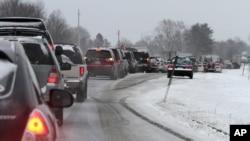 2月8日在新罕布什尔州,在暴风雪来临之际,出现了交通拥堵