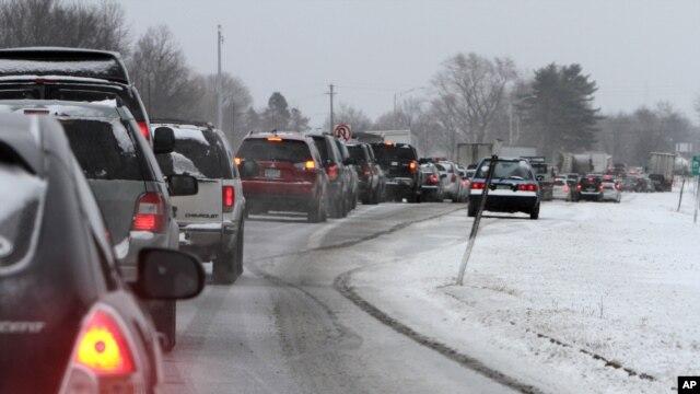 Xe cộ kẹt cứng tại New Hampshire trong lúc bão lớn đang tới, ngày 8/2/2013.