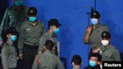 被告之一的黃之鋒被帶往荔枝角收押所 (路透社照片)