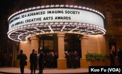 位于华纳兄弟制片厂内的颁奖戏院(美国之音国符拍摄)