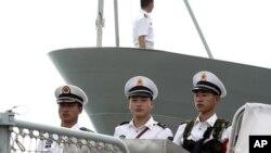 中国海军在导弹护卫舰甲板上集合(资料照)