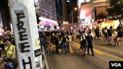 8月11日晚大批反送中示威者在銅鑼集結。(美國之音湯惠芸拍攝)