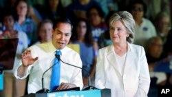 Hillary Clinton con el secretario de Vivienda y Desarrollo Urbano Julián Castro, cuyo nombre se rumora está siendo considerado como potencial candidato a la vicepresidencia en la boleta demócrata.