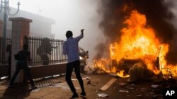 汽车炸弹在布基纳法索议会大楼外爆炸