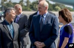 El jefe de gabinete del presidente Donald Trump, John Kelly, en el centro, habla con el gobernador de Hawai David Ige, a la izquierda, y su esposa, Dawn, mientras el presidente Donald Trump llega a la Base Conjunta Pearl Harbor Hickam, Hawai, el 3 de noviembre de 2017.