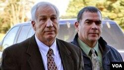 El entrenador Jerry Sandusky, de 68 años, enfrenta 52 cargos por abuso sexual a 10 jóvenes.