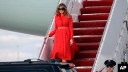 Ibu Negara Melania Trump turun dari Air Force One setibanya di Bandara Internasional Palm Beach, bersama Presiden Donald Trump dan putra mereka, Barron, Jumat,17 Maret 2017 (foto: AP Photo/Lynne Sladky)
