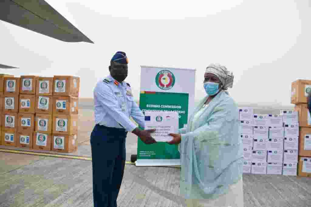 Hotunan Yadda Najeriya Take Raba Kayan Tallafin Coronavirus Ga Kasashen Afrika Wanda ECOWAS da EU Suka Bayar
