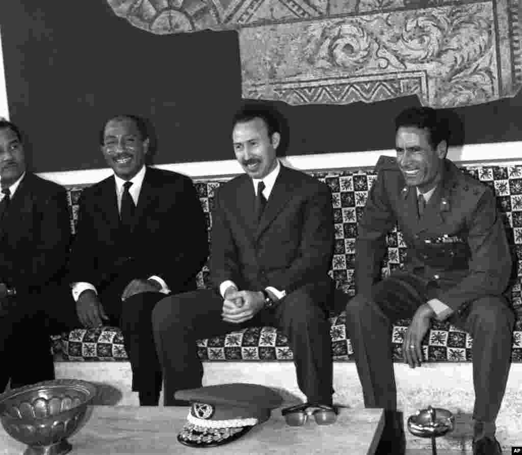 资料照片(1972年)。利比亚领导人卡扎菲(右)在机场迎接到访的埃及总统萨达特(左)和阿尔及利亚主席布迈丁(中)。(法新社)