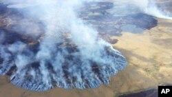 Theo Tổng thống Obama, cư dân Alaska đang đối mặt với các vụ cháy rừng quy mô lớn và thường xuyên hơn, các sông băng bị hủy hoại vốn là một trong những tình trạng xói mòn bờ biển nhanh nhất trên thế giới, và các trận bão ngày càng nhiều hơn do băng tan chảy.