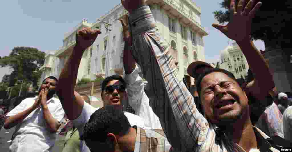 Egyptians chant  in front of the presidential palace of Egypt's President Mohamed Morsi before his meeting with U.S. Deputy Secretary of State William Burns in Cairo, July 8, 2012.