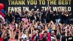 Các thành viên của đội bóng đá được người hâm mộ tưng bừng chào đón trở về với chiếc cúp vô địch World Cup tại Los Angeles, ngày 7/7/2015.