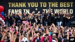 Timnas sepakbola putri AS dan para fans merayakan kemenangan mereka di Piala Dunia dalam sebuah perayaan di Los Angeles, Selasa (7/7).