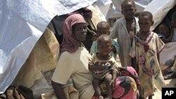 Deslocados pela seca e pela fome fogem para Mogadíscio