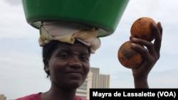 Zungueira vendendo maboques. Luanda