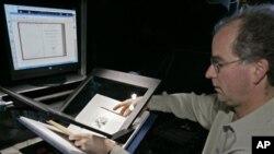 专家准备对一本书从事数码扫描