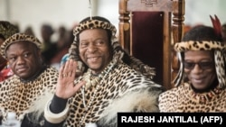FILE: Zulu King Goodwill Zwelithini ka Bhekuzulu (L) and senior Prince of the Zulu Nation and former leader of the Inkatha Freedom Party ( IFP ) Prince Mangosuthu Buthelezi (R) join thousands of people to commemorate King Shaka's Day Celebration