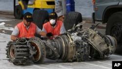 Petugas KNKT memeriksa mesin pesawat Boeing 737 Max 8 milik maskapai LionAir yang jatuh di Laut Jawa, 29 Oktober 2018 lalu (foto: dok).