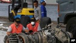 Các nhà điều tra xem xét động cơ của chiếc máy bay lâm nạn của hãng Lion Air tại Jakarta, Indonesia, ngày 4/11/2018.