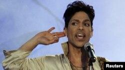 Musisi Prince pada saat tampil dalam pertunjukan di Inggris, 3 Juli 2011 (foto: dok).