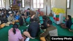 အမ်ဳိးသားအဆင့္နုိင္ငံေရးေဆြးေႏြးပြဲျဖစ္ေျမာက္ေရး ပင္လုံျမိဳ႕ခံမ်ားနဲ႔ေဟာေျပာပြဲလုပ္ေနတဲ့ က်ားေခါင္းပါတီ SNLD ျပည္သူ႕လႊတ္ေတာ္အမတ္ နန္းခမ္းေအးနွင့္ လြယ္လင္ အေျခစိုက္ တပ္နယ္မွဴး ဗုိလ္မွဴးၾကီးေဌးေအာင္ ဦးစီးသည့္အဖြဲ႔ ေဆြးေႏြးေနစဥ္- သတင္းဓာတ္ပံု- Sai Kyaw Nyunt