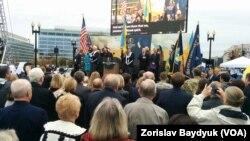 Фото із урочистої церемонії відкриття меморіалу Голодомору у Вашингтоні. Площа поблизу вокзалу Union Station.