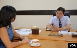 Deputy Minister Atabek Nazirov with VOA's Navbahor Imamova, July 2018, Tashkent