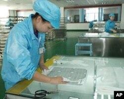 中国工人在太阳能模组厂工作