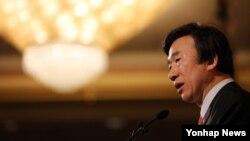 한국의 윤병세 외교부 장관이 24일 서울에서 열린 제68회 유엔의 날 기념 오찬에서 기조연설을 하고 있다.