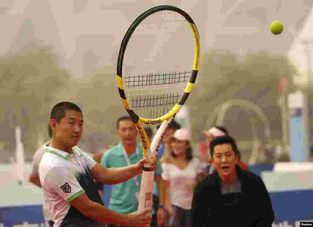 អ្នកចូលរួមមួយរូបបានវាយកូនបាល់នឹងរ៉ូកែតតេន្នីសយ៉ាងធំមួយនៅអំឡុងពេលប្រកួតតេន្នីស China Open នៅក្រុងប៉េកាំង នាថ្ងៃទី០៧ ខែតុលា ឆ្នាំ២០១៥។