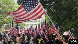 遊行人士手持大片美國旗海。(攝影: 美國之音湯惠芸)