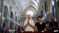 天主教信仰者在上海政府批准的圣伊格内修斯天主教大教堂参加弥撒。