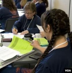 Narapidana Lisa Bode (kiri) dan Cynthia Thompson sedang belajar di kelas 'the Coffee Creek'.