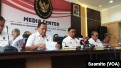Menko Polhukam Wiranto saat menggelar konferensi pers di kantornya di Jakarta, Selasa, 3 Agustus 2019. (Foto: VOA/Sasmito)