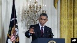 ປະທານາທິບໍດີສະຫະລັດ ທ່ານ Barack Obama ຕອບຄໍາຖາມນັກຂ່າວ ໃນລະຫວ່າງການໃຫ້ສໍາພາດຂ່າວ ທີ່ທໍານຽບຂາວ, ວັນທີ 29 ມີຖຸນາ 2011.