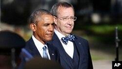 Presiden Obama dan Presiden Estonia Toomas Hendrik Ilves pada upacara penyambutan di Istana Kadriorg di Tallinn, Estonia (3/9/2014). Khawatir akan akibat intervensi Rusia di Ukraina, Estonia mengharapkan dukungan Obama di negara itu, dimana dua dekade sebelumnya pernah diintervensi Rusia.