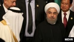 برخورد حسن روحانی رئیس جمهوری ایران و ملک سلمان پادشاه عربستان در نشست سران سازمان همکاری اسلامی در ترکیه - ۲۶ فروردین ۱۳۹۵