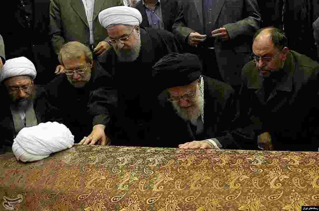 آیت الله علی خامنه ای بر هاشمی رفسنجانی نماز خواند. او رهبری خود را مدیون هاشمی بود اما این دو با هم اختلاف نظر داشتند. درباره این عکس چه فکر می کنید؟