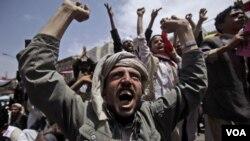Para demonstran anti-pemerintah menuntut pengunduran diri Presiden Yaman Ali Abdullah Saleh di Sana'a.