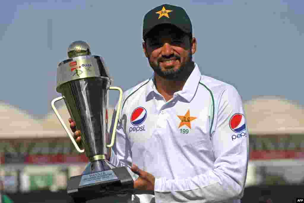 پاکستان کرکٹ ٹیم کے کپتان اظہر علی کراچی ٹیسٹ میں سری لنکا کو شکست دینے کے بعد ٹرافی ہاتھ میں تھامے ہوئے ہیں۔