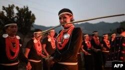 عبادت سے جڑی روایات کے مطابق خواتین رات بھر آگ کے گرد رقص کرتے ہوئے گانے گاتی ہیں۔ اس دن مردوں کے لیے شکار کرنا بھی ممنوع ہوتا ہے۔