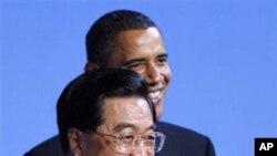 ປະທານາທິບໍດີສະຫະລັດ ທ່ານ Barack Obama ຕ້ອນຮັບ ປະທານປະເທດຈີນ ທ່ານ Hu Jintao ໃນໂອກາດທີ່ທ່ານ Hu ຢ້ຽມຢາມສະຫະລັດໃນຄັ້ງແລ້ວນີ້ ໃນເດືອນເມສາ ປີ 2010