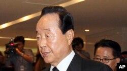 Nhà hoạt động dân chủ, lên làm tổng thống từ năm 1993 cho đến năm 1998, là một người thường lên tiếng chống đối mạnh mẽ nhà cầm quyền quân sự trước đây.