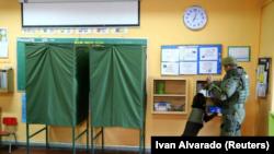 Un bureau de vote à Santiago le 19 novembre 2017 lors du premier tour de la présidentielle chilienne