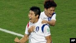 17일 브라질 월드컵 H조 조별리그 한국과 러시아의 경기에서 한국 이근호(왼쪽)가 선제골을 넣은 뒤 이청용과 기뻐하고 있다.