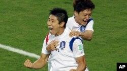 17일 브라질 월드컵 H조 조별리그 한국과 러시아의 경기에서 한국 이근호가 선제골을 넣은 뒤 이청용과 기뻐하고 있다. 당시 러시아 문지기 아킨페예프 선수는 한국의 이근호 선수의 슛을 막다가 어이없이 공을 뒤로 흘려서 선제골을 내어주어, '문지기가 저지른 최악의 실수'로 꼽혔다.