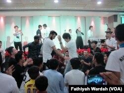 Sekitar 200 pengungsi yang kebanyakan berasal dari Afghanistan, dan lainnya dari Iran, Irak, dan Somalia berkumpul di sebuah gereja di Jakarta Pusat, untuk memperingati Hari Pengungsi Dunia, 20 Juni. (VOA/Fathiyah)