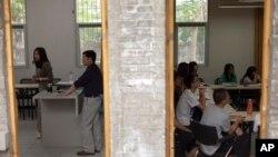 Xitoy universitetlarining birida o'qituvchilar dars o'tmoqda